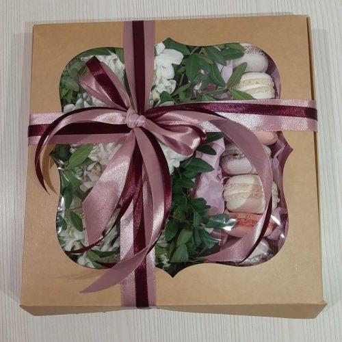 Подарочная коробка с макаронсами
