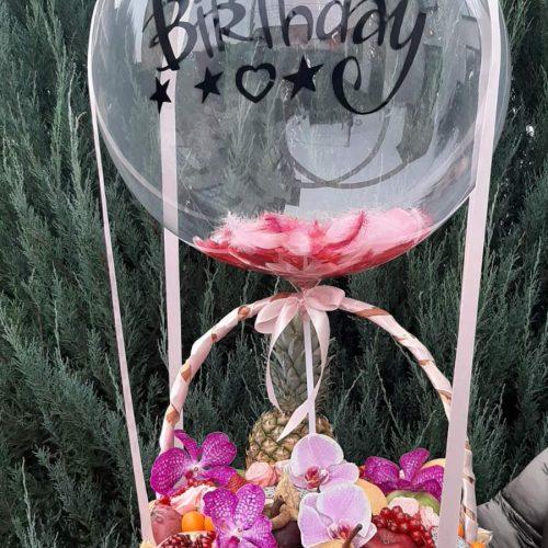 Фруктовая корзина с шаром и цветами