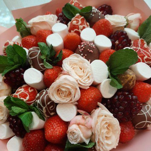 букет из клубники и конфет