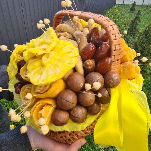 Подарочная корзина из орехов и сухофруктов.