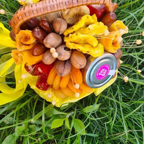 Подарочная корзина с орехами и сухофруктами, фото